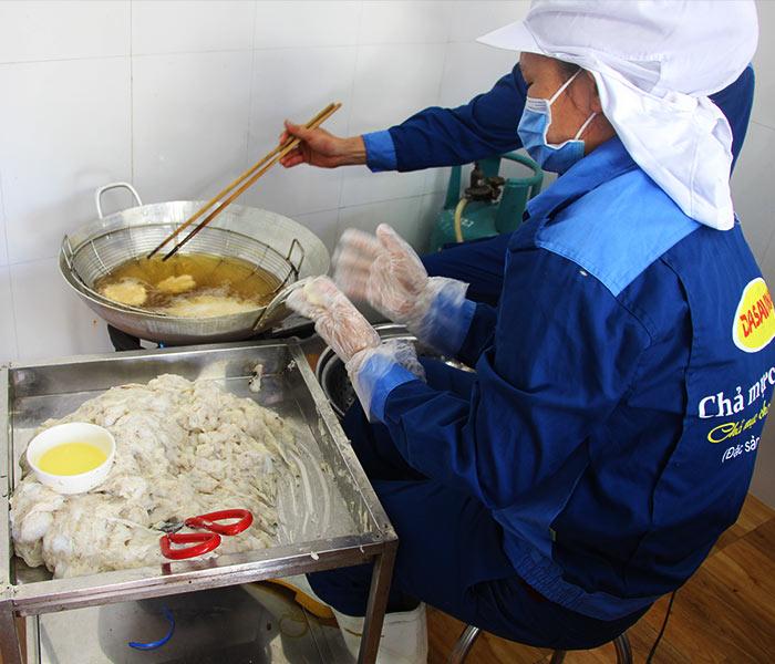 Chả mực Bá Kiến chế biến thủ công, đảm bảo vệ sinh an toàn thực phẩm