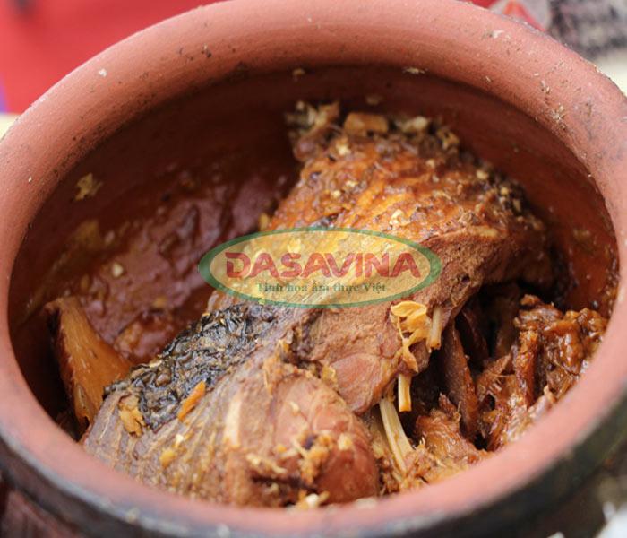 Cá kho còn nguyên miếng, hương vị hấp dẫn