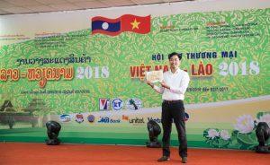 Giám đốc Nguyễn Bá Toàn tại hội chợ Việt Lào