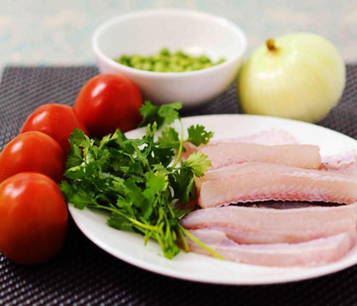 Chuẩn bị nguyên liệu làm món cá chỉ vàng sốt cà chua thơm ngon
