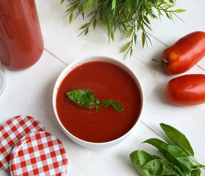 Chuẩn bị sốt cà chua cho món cá chỉ vàng