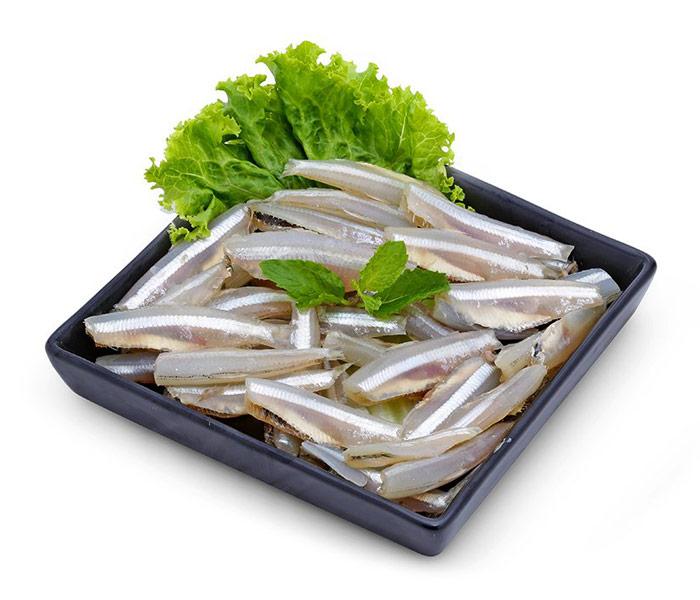 Sử dụng cá cơm tươi cho món cá kho hấp dẫn