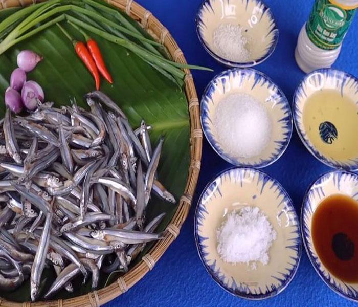 Chuẩn bị nguyên liệu kho cá cơm