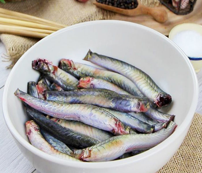 Loại bỏ nhớt và khử mùi tanh cho cá kèo