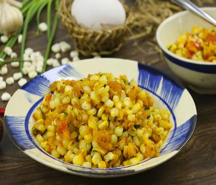Bắp xào trứng muối tôm khô có sự kết hợp hoàn hảo của vị ngọt từ hạt bắp, béo ngậy của trứng muối và bơ