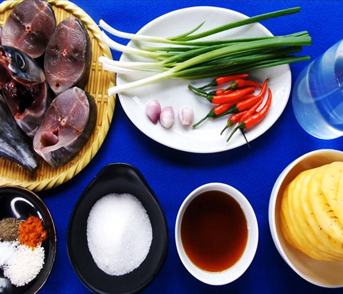 Chuẩn bị nguyên liệu làm món cá ngừ kho dứa