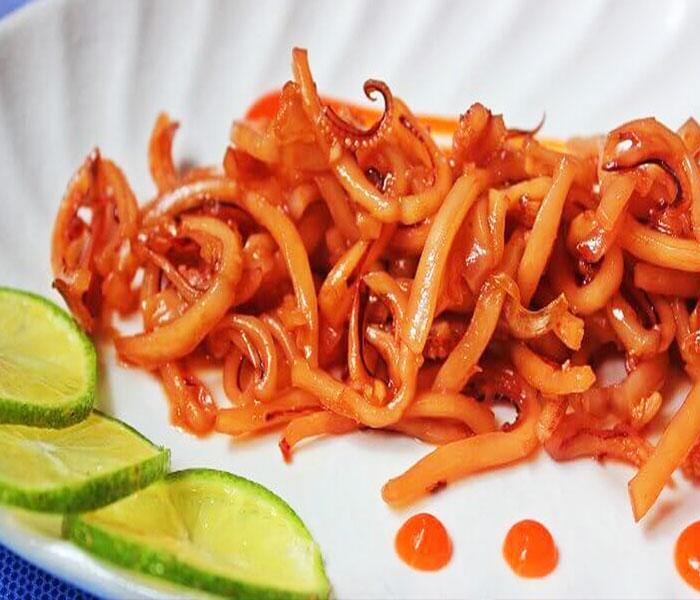 Những miếng mực khô chiên nước mắm mềm dai ngấm đậm các loại gia vị chua ngọt