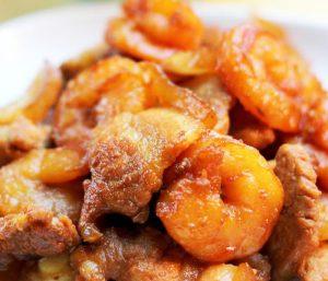 Món tôm khô rim sẽ trở nên béo ngậy hơn rất nhiều khi có thịt ba chỉ xuất hiện.