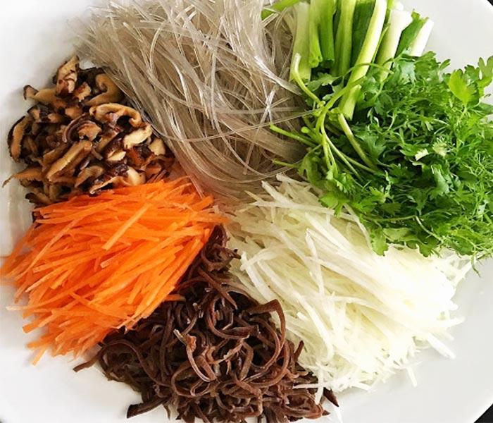 Sơ chế nguyên liệu cho món mực khô xào miến