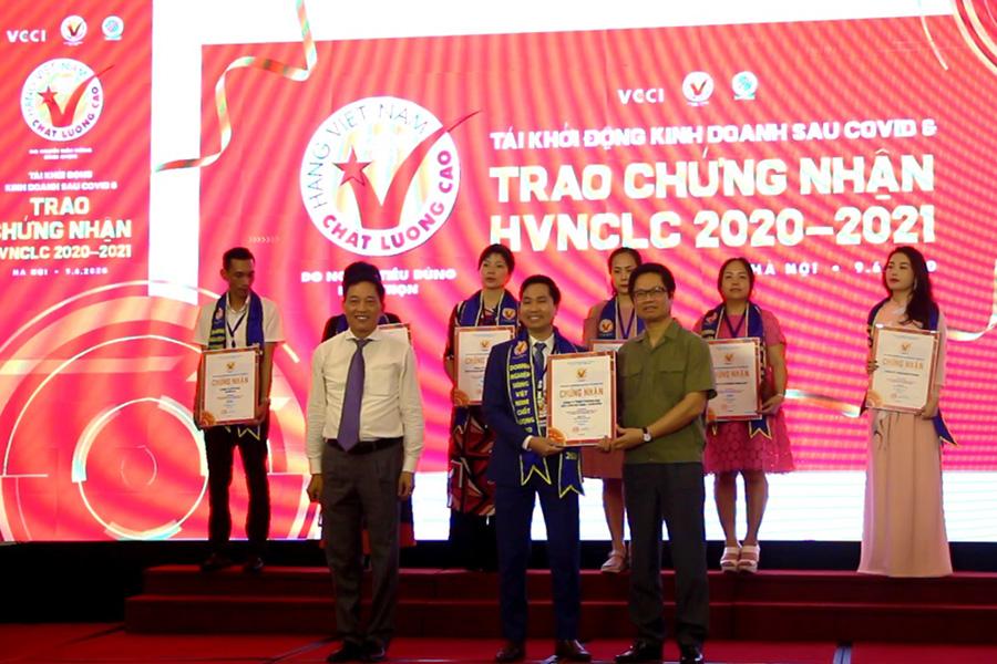 Giám đốc Nguyễn Bá Toàn  đại diện DASAVINA nhận Chứng nhận HVNCLC 2020