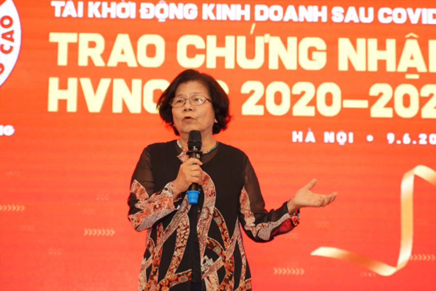 Bà Vũ Kim Hạnh - Chủ tịch Hội DN.HVNCLC chia sẻ tại chương trình