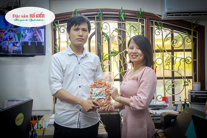 Nhân viên Lê Huy Cường hạnh phúc khi nhận được giải ba