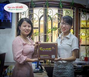 Hà Thị Tuyết Trinh - nhân viên nhận được giải nhất 1 niêu cá kho 1.5 kg trị giá 500.000 đồng