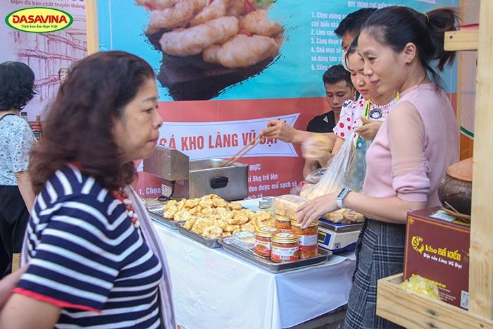 Du khách được thưởng thức hương vị chả mực giã tay ngay tại gian hàng Đặc sản Bá Kiến