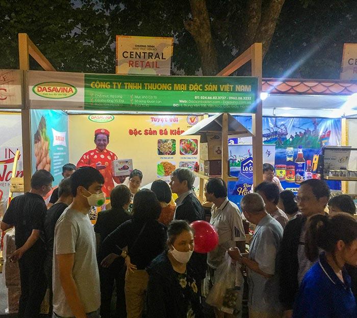 Gian hàng Đặc sản Bá Kiến thu hút nhiều khách hàng đến thăm quan và thưởng thức đặc sản