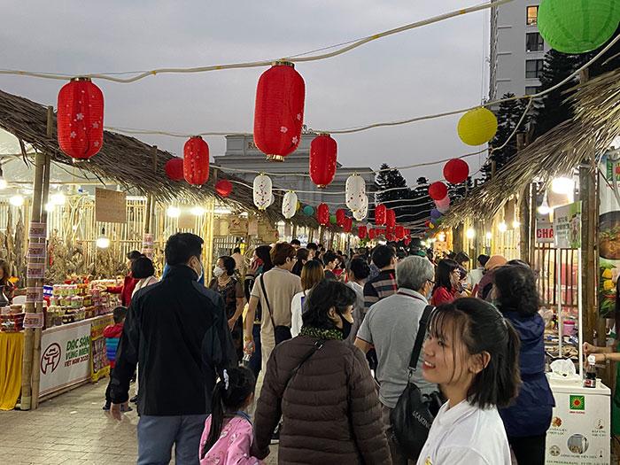 Hội chợ thu hút nhiều du khách tham quan và mua sắm