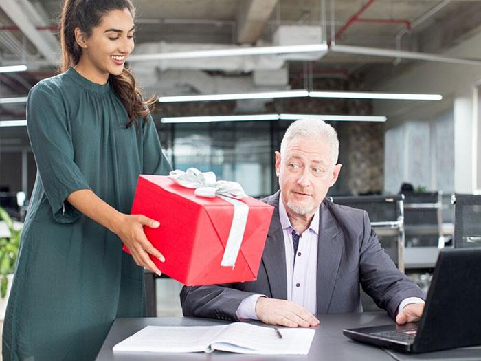 Cách nói khi tặng quà biếu sếp