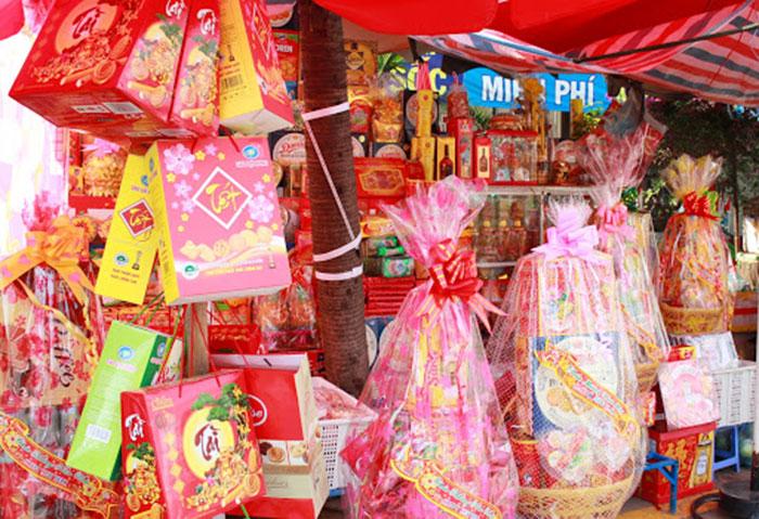 Chợ, siêu thị, hàng tạp hóa là những địa điểm bán giỏ quà Tết 100k