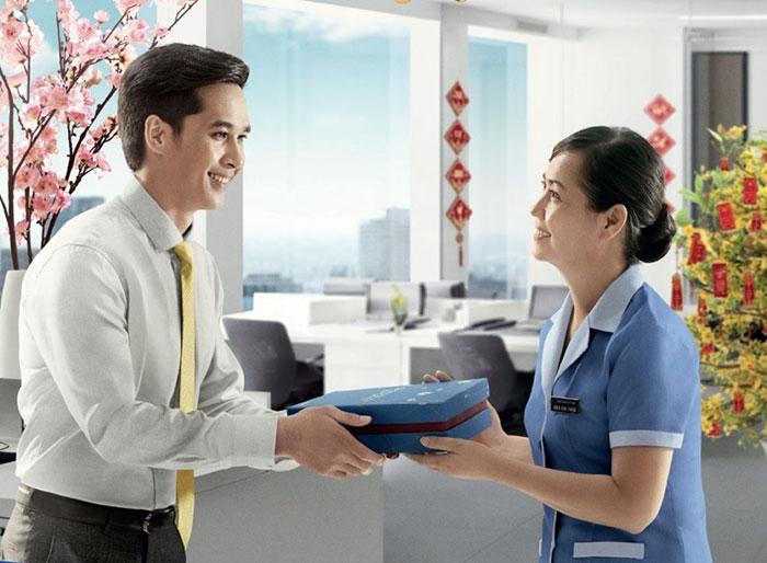 Tặng quà Tết cho khách hàng không chỉ thể hiện sự tri ân mà còn mở ra nhiều cơ hội hợp tác mới.