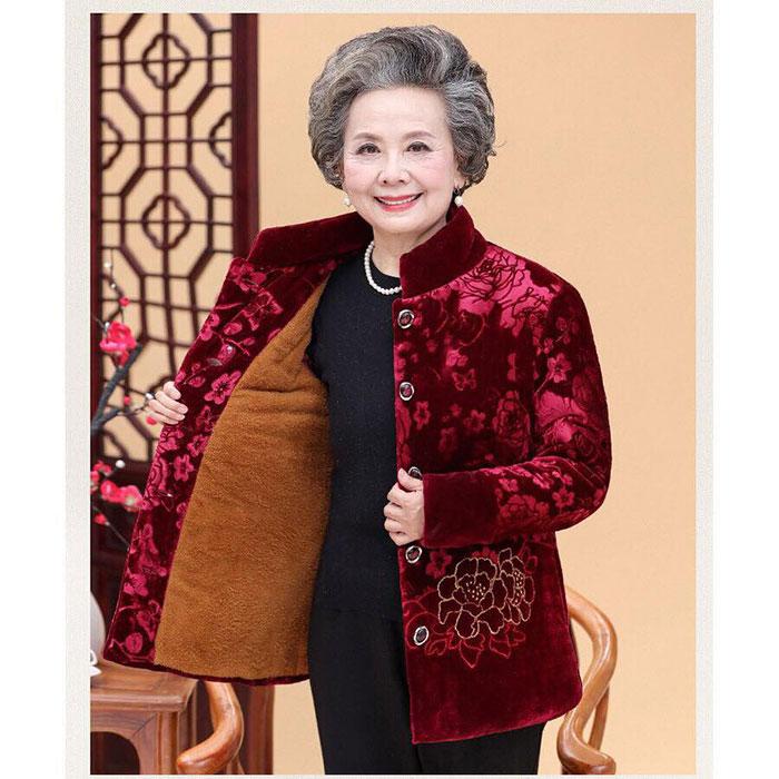 Quần áo, phụ kiện là món quà Tết phù hợp đối với người già