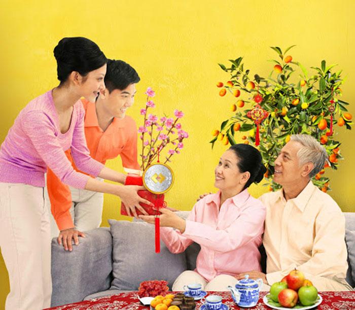 Tặng người Tết cho ông bà, bố mẹ thể hiện sự biết ơn, trân trọng của con cháu
