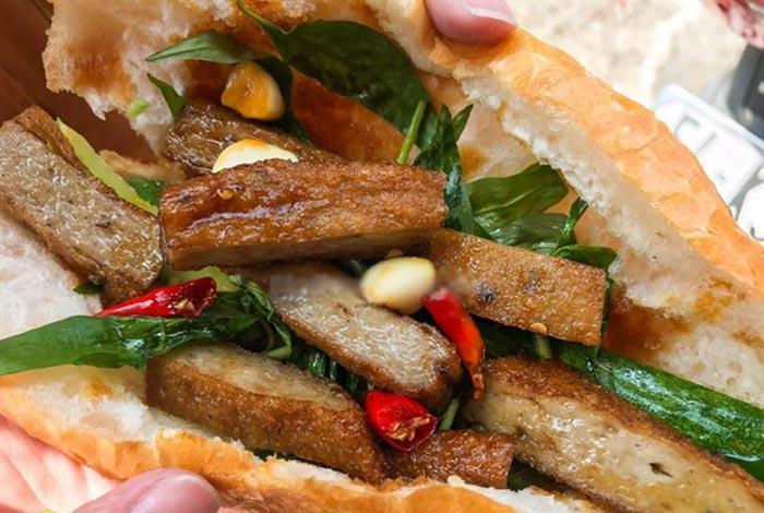Thành phẩm bánh mì chả cá thơm ngon, nóng giòn