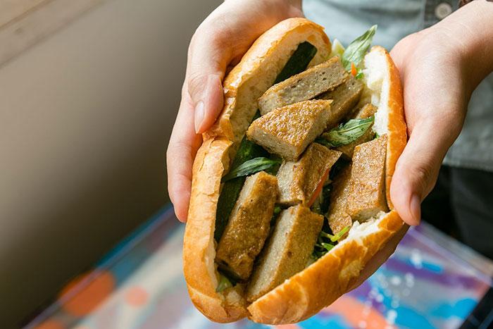 Bánh mì kẹp chả cá - món ăn dân dã mà được nhiều người yêu thích
