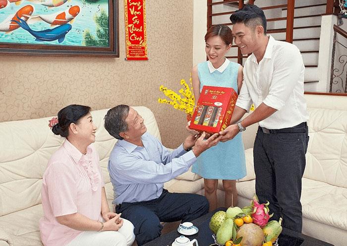 Biếu quà Tết bố mẹ vợ tương lai cần sự tinh tế và khéo léo