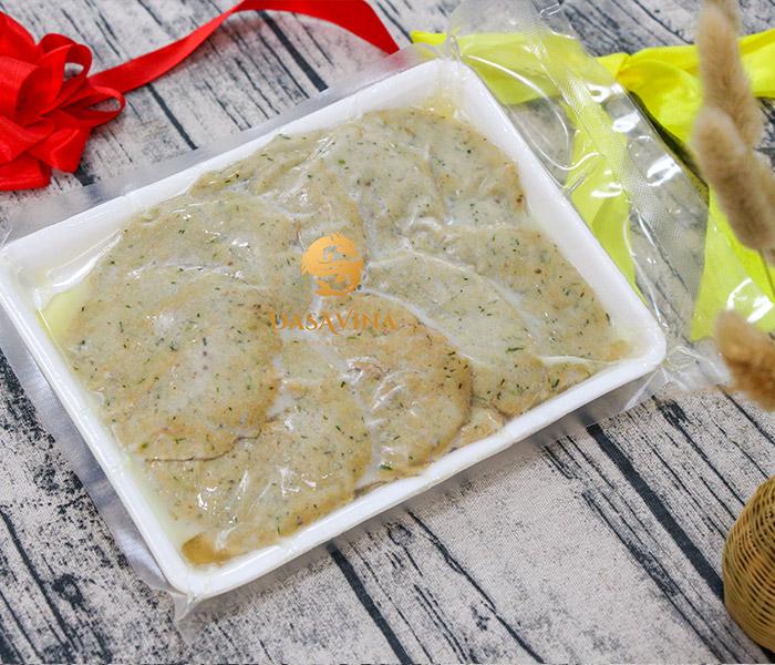Chả cá nhạc Bá Kiến được hút chân không cẩn thận, đảm bảo hương vị của món ăn tới tay khách hàng
