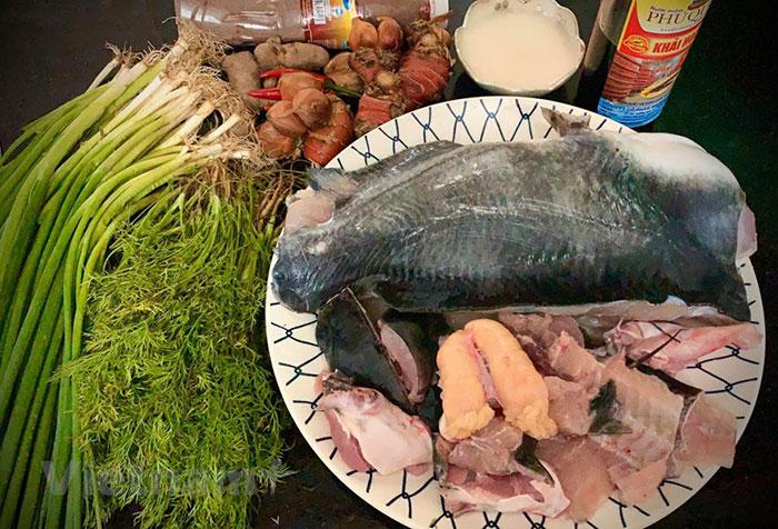 Sơ chế cá lăng là công đoạn đầu tiên khi làm chả cá